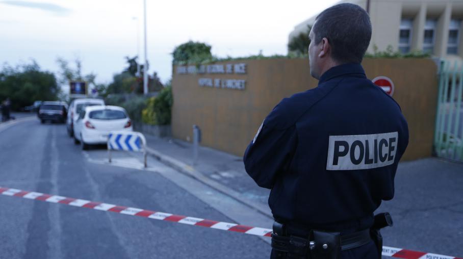 Un policier aux abords de l'hôpital de l'Archet, à Nice (Alpes-Maritimes), le 6 mai 2014, après une fusillade visant l'héritière monégasque Hélène Pastor et son chauffeur.