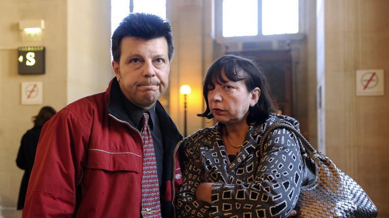 Sylvie et Dominique Mennesson quittent le palais de justice de Paris le 06 avril 2011, après l'examen par la Cour de cassation de leur pourvoi pour que leurs jumelles, nées d'une mère porteuse, soient reconnues par l'état-civil.