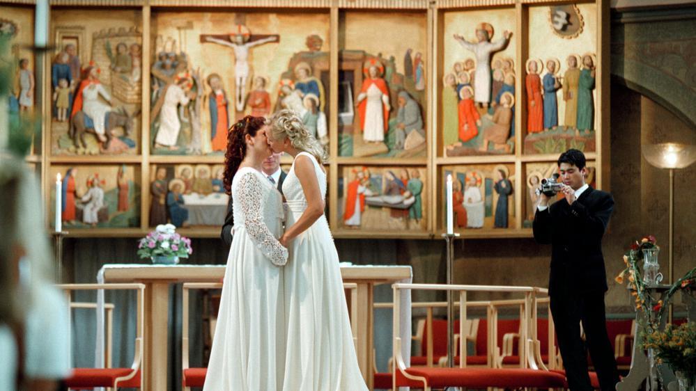 mariage homosexuelle. Lesbiennes dans une église en train de s'embrasser.