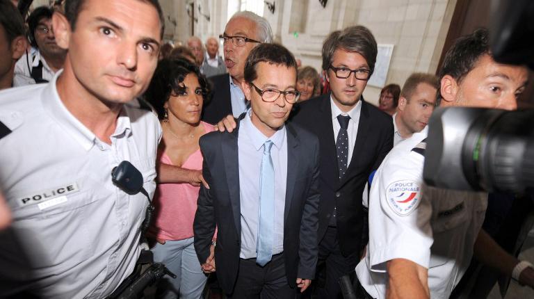 Le docteur Nicolas Bonnemaison (au centre), aux côtés de sa femme et de ses avocats, quitte la cour d'assises de Pau, le 25 juin 2014.
