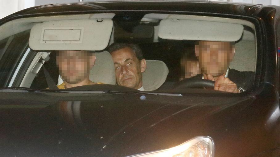 Nicolas Sarkozy quitte le parquet financier après avoir été mis en examen, notamment pour corruption active, le 2 juillet 2014 à Paris.