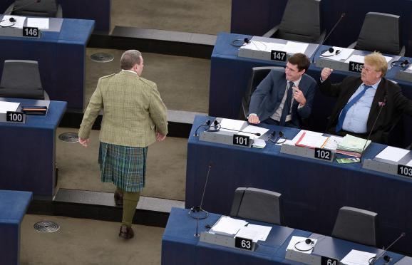 L'eurodéputé britannique David Coburn déambule en kilt dans les allées de l'hémicycle du Parlement européen, le 1er juillet 2014,à Strasbourg (Bas-Rhin).