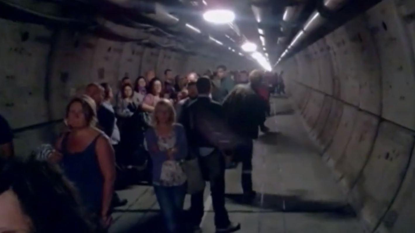 video bloqu s dans le tunnel sous la manche ils filment leur vacuation. Black Bedroom Furniture Sets. Home Design Ideas
