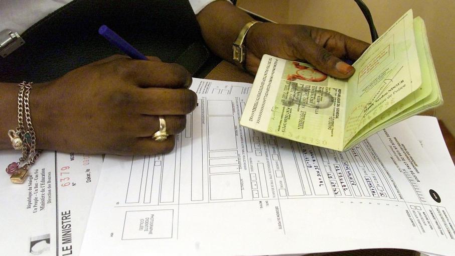 Une Sénégalaise remplit les papiers requis pour obtenir un visa français, le 12 décembre 2003 à Dakar (Sénégal).