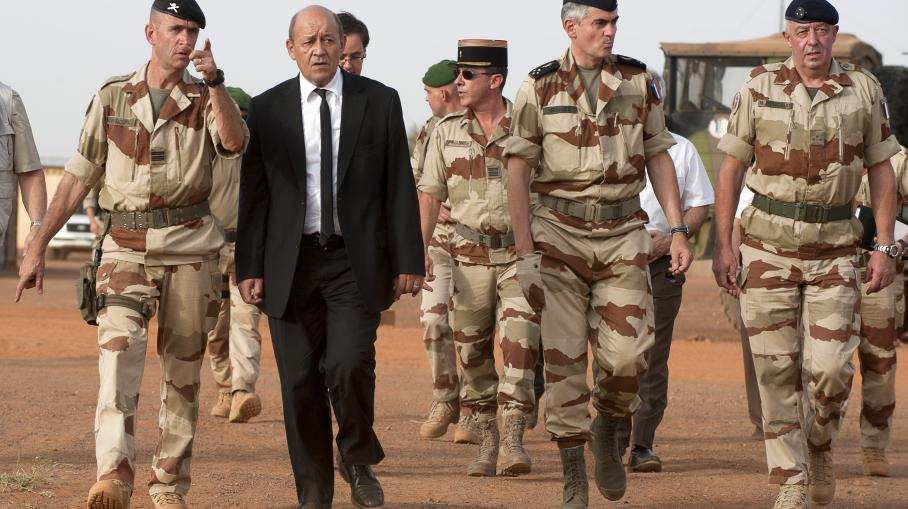 Le ministre de la Défense, Jean-Yves Le Drian, rend visite aux troupes françaises de l'opération Serval au Mali, le 22 septembre 2013, à Gao (Mali).