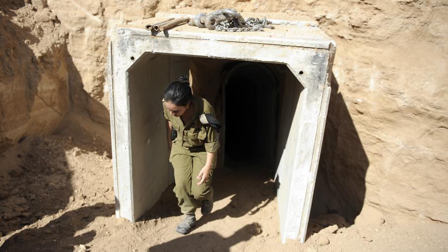 Une soldate israélienne sort d'un tunnel palestinien découvert par Tsahal et reliant la bande de Gaza à Israël, le 13 octobre 2013.