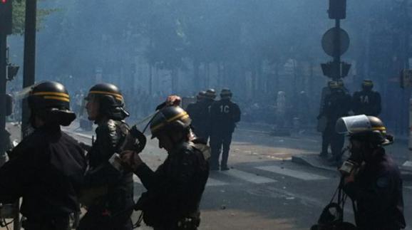 Affrontement entre casserus et forces de l'ordre après la manifestation pro-palestinienne interdite à Paris, le 19 juillet 2014.