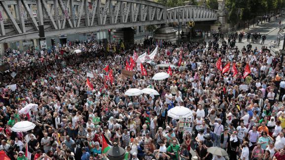 Des manifestants pro-palestiniens rassemblés à Paris le 19 juillet 2014 malgré l'interdiction préfectorale.