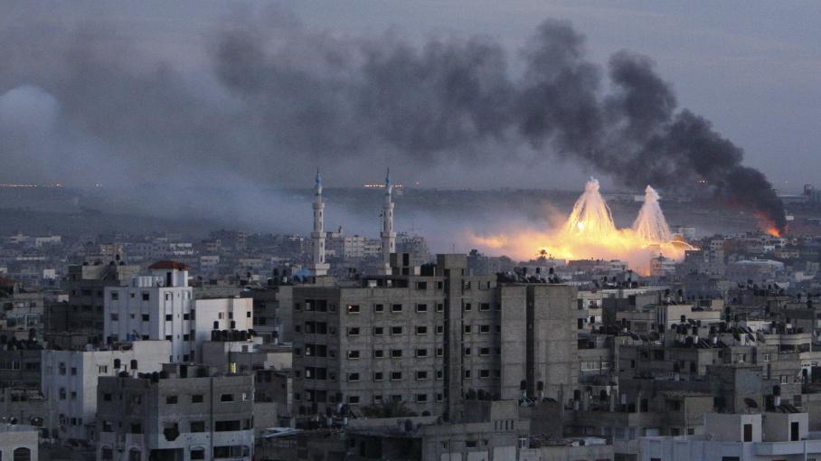 """Du phosphore blanc explose au-dessus de la ville de Gaza, lors de l'opération """"Plomb durci"""", le 8 janvier 2009."""