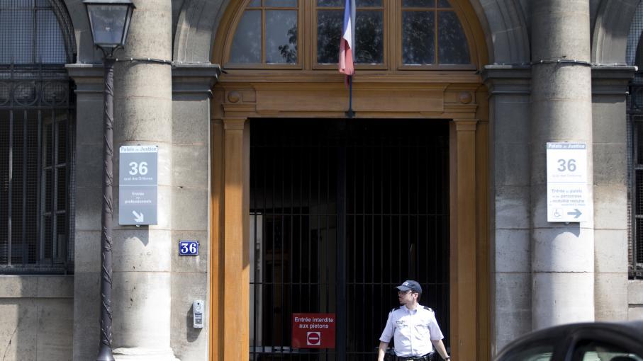 """Devant l'entrée du """"36, quai des Orfèvres"""", à Paris, le 1er août 2014."""