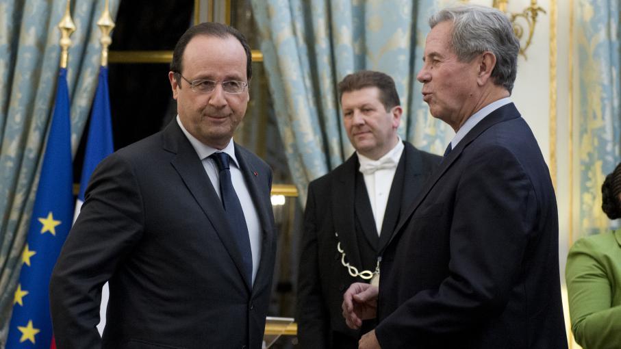 Le président François Hollande et le président du Conseil constitutionnel, Jean-Louis Debré, le 6 janvier 2014, lors d'une cérémonie de vœux, à l'Elysée, à Paris.