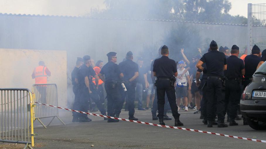 Des violences entre supporters bastiais et forces de l'ordre ont éclaté avant le début du match Bastia-OM, le 9 août 2014.