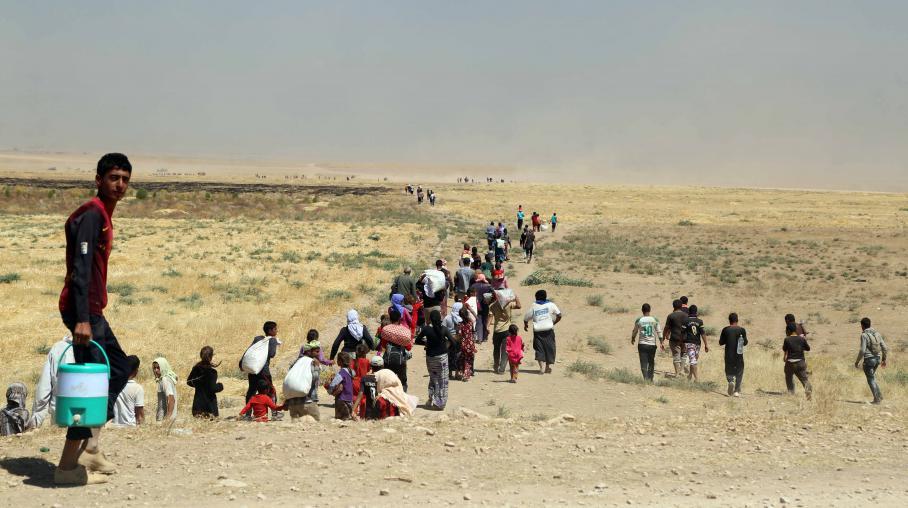 Des milliers de Yézidis fuient les combattants de l'Etat islamique à travers les monts Sinjar, dans le nord de l'Irak, le 9 août 2014.