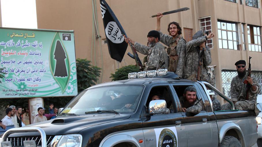 Des jihadistes célèbrent la création de l'Etat islamique, à Racca (Syrie), le 30 juin 2014.