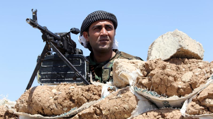 Un Peshmerga kurde sur la ligne de front de Bashiqa, à 13 km de Mossoul (Irak), mardi 12 août.