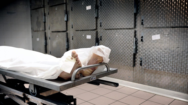 Cette fille couche avec un cadavre la morgue et tombe
