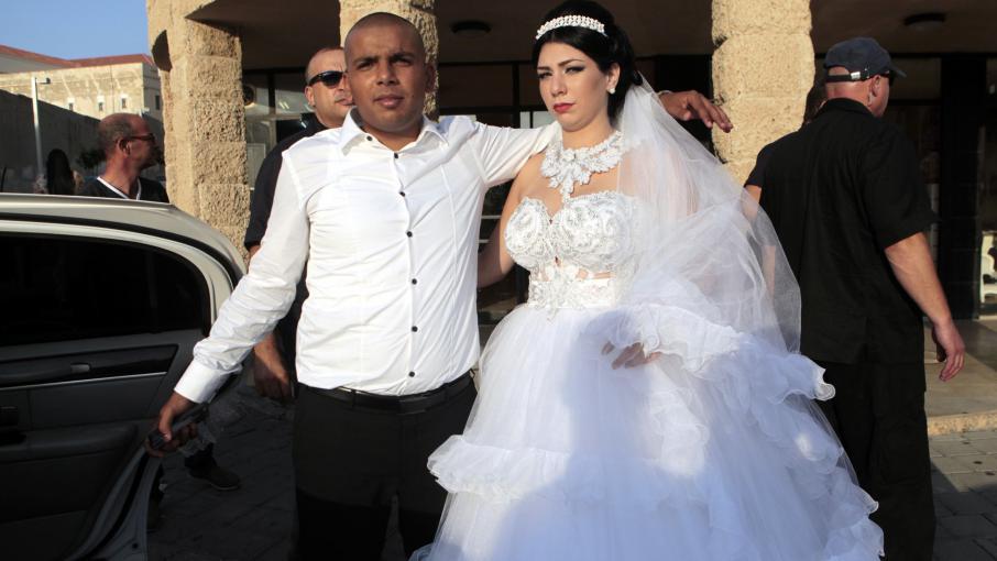 Mahmoud Mansour (à g.) etMorel Malka,après leur mariage, à Jaffa (Israël), le 17 août 2014.