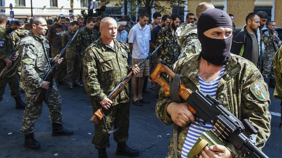 Des combattants séparatistes pro-russes paradent avec des soldats loyalistes prisonniers, à Donetsk (Ukraine), le 24 août 2014.