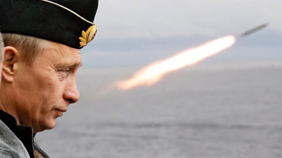 """Le président russe, Vladimir Poutine, observe le lancement d'un missile, lors d'exercices militaires, à bord du navire """"Pierre Le Grand"""", le 17 août 2005, dans l'Arctique."""