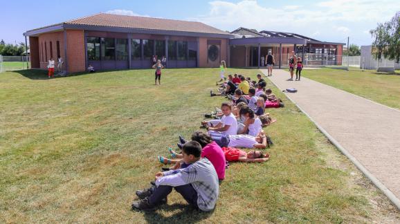 Des enfants attendent le bus au centre de loisirs de Las Parets, à Pamiers