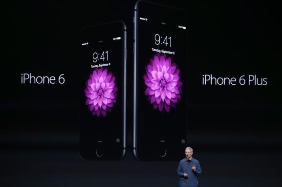 Le PDG d'Apple, Tim Cook, présente les nouveaux produits du groupe, le 9 septembre 2014 à Cupertino (Californie).