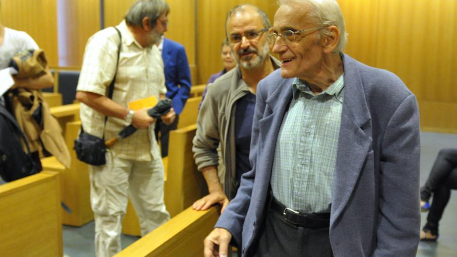 Le père Riffard souriant après sa relaxe le 10 septembre 2014 au tribunal de police de Saint-Etienne (Loire).