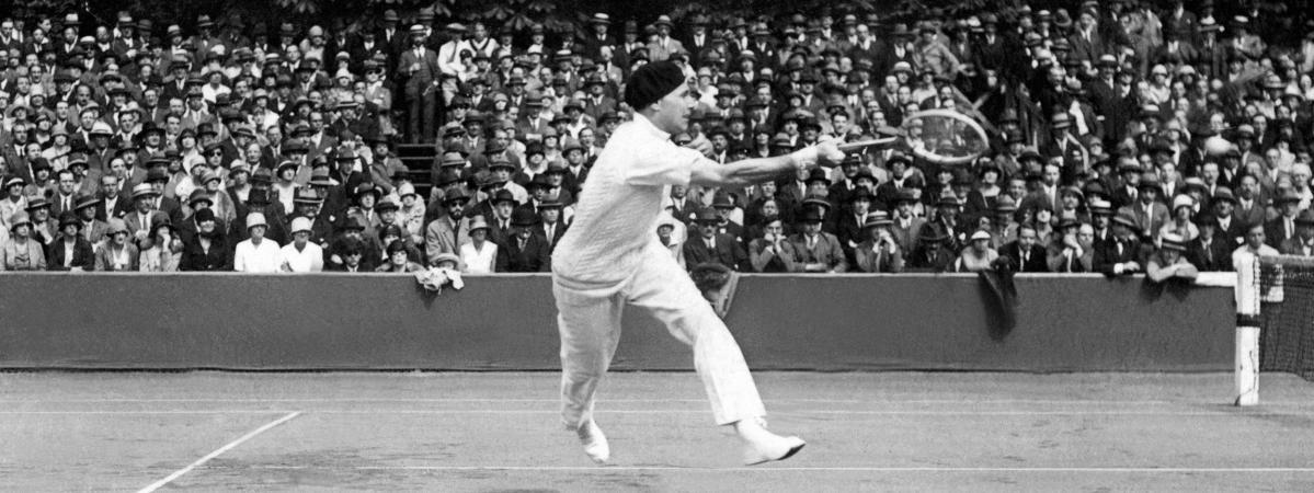 Le tennisman français Jean Borotra, lors d\'un match de Coupe Davis, en 1927.