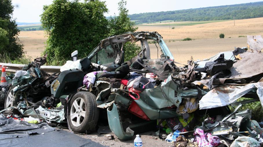 Une voiture accidentée après une collision avec un camion au bord de la RN 4 près de Saulvaux (Meuse), le 25 juillet 2014.