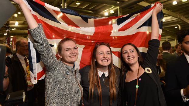 """Des partisanes du """"non"""" à l'indépendance de l'Ecosse brandissent un drapeau britannique après la victoire de leur camp au référendum, le 19 septembre 2014 à Edimbourg (Grande-Bretagne)."""