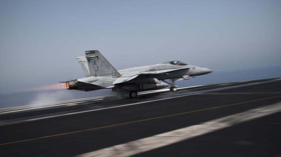 Un avion de combat américainF/A-18C Hornet décolle du pont du porte-avionsUSS George H.W. Bush le 15 août 2014 en mer du Golfe.