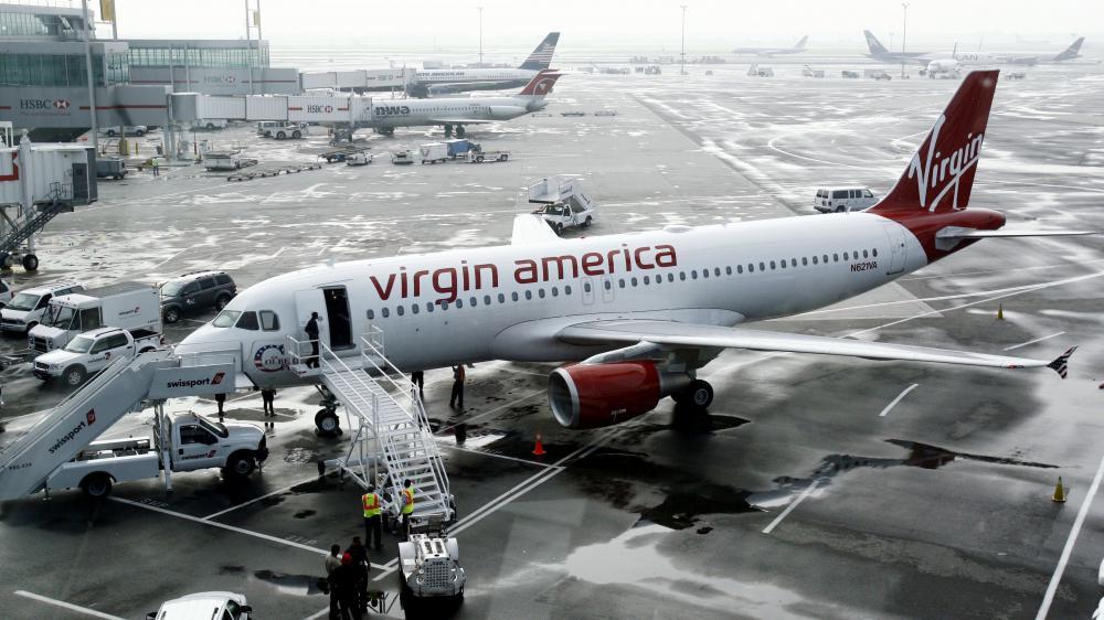 Un avion de la compagnie Virgin America est stationné à l'aéroport international JFK, le 8 août 2007, à New York (Etats-Unis).