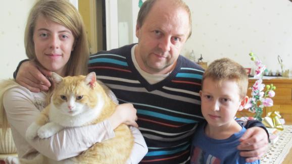 Jacques Bessin et ses deux enfants, Ophélie et Valentin,à Lisieux (Calvados), mercredi 17 septembre 2014.