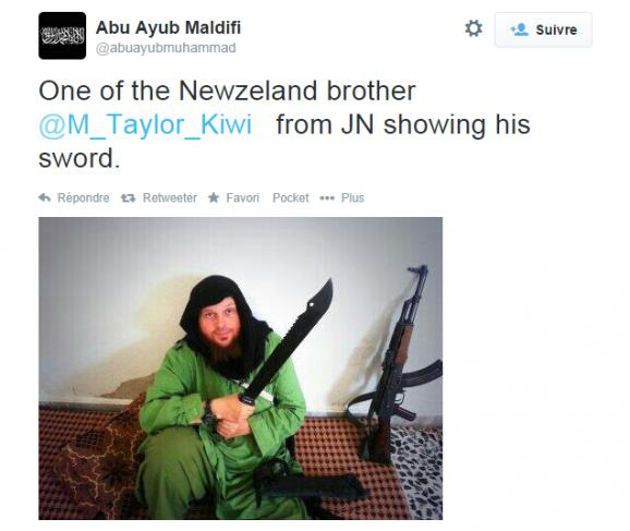 Un jihadiste néo-zélandais du Front Al-Nosra, avec son arsenal, sur une photo postée le 26 septembre 2014.