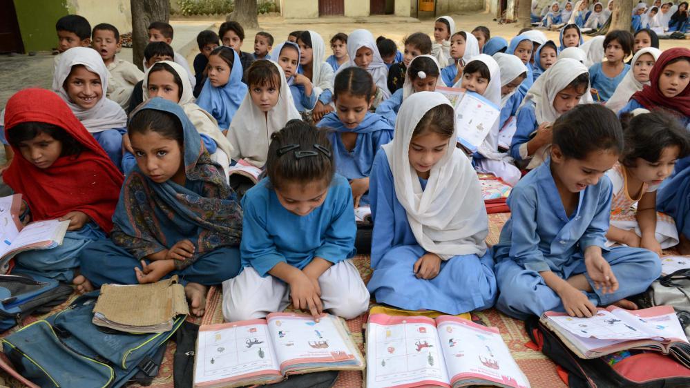 Des écolières pakistanaises assistent à un cours à Mingora, le 9 octobre 2013.