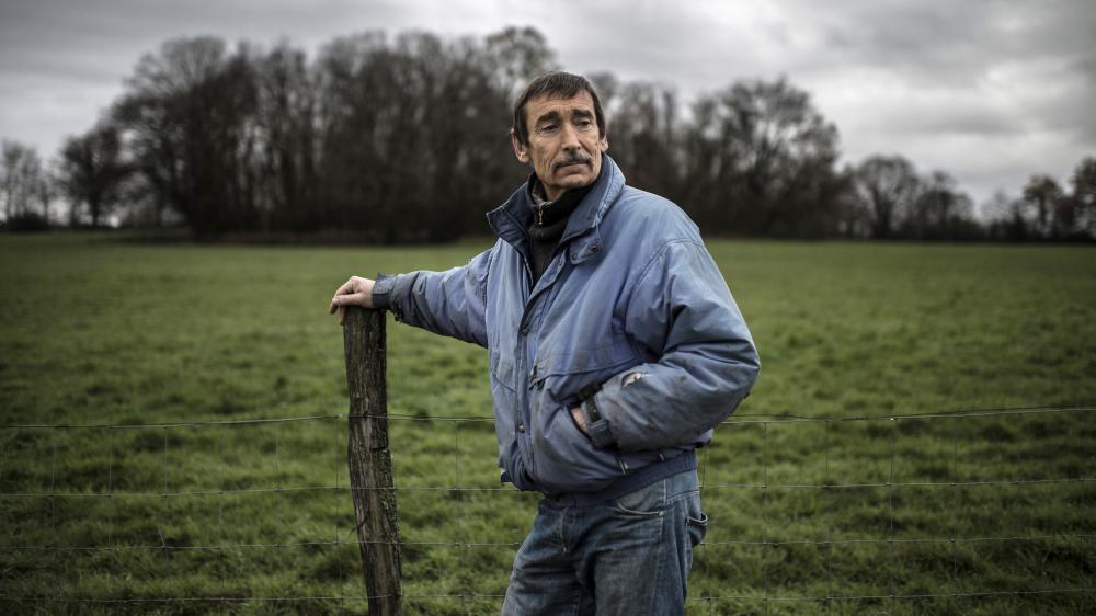 Philippe Layat, dernier agriculteur à s'opposer à l'expropriation d'une partie de ses terres pour la construction du futur Grand Stade de Lyon, pose sur son terrain de Décines (Rhône), le 5 décembre 2012.