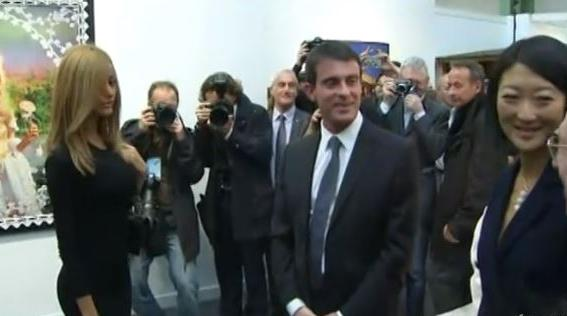 VIDEO. A la Fiac, Valls tout sourire face à Zahia