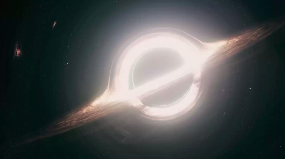 """Capture d'écran d'une vidéo présentant la modélisation d'un trou noir obtenue grâce aux travaux du chercheur Kip Thorne pour le film """"Interstellar""""."""