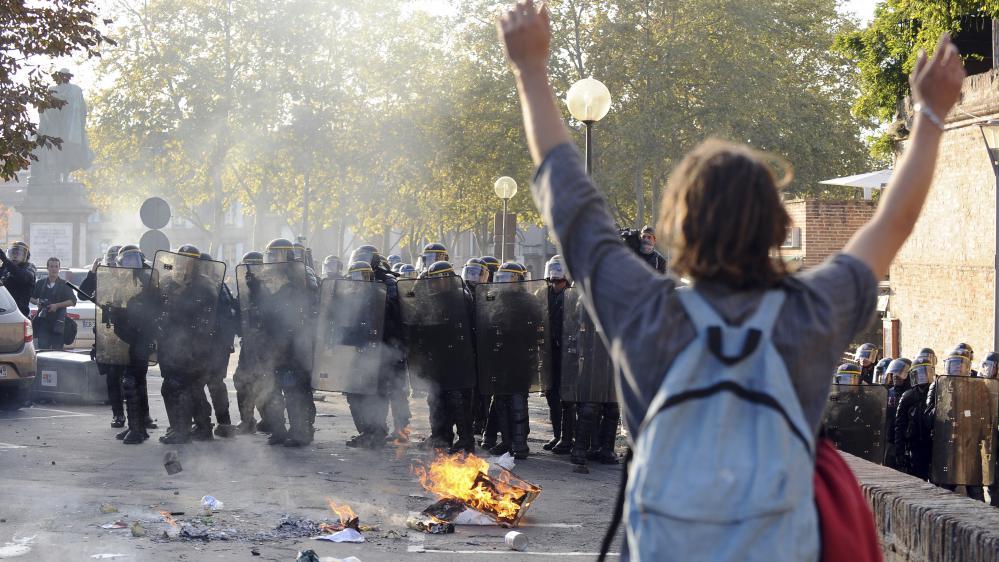 Un manifestant en face des forces de l'ordre lors des débordements à Albi (Tarn), après la mort de Rémi Fraisse, lundi 27 octobre 2014.