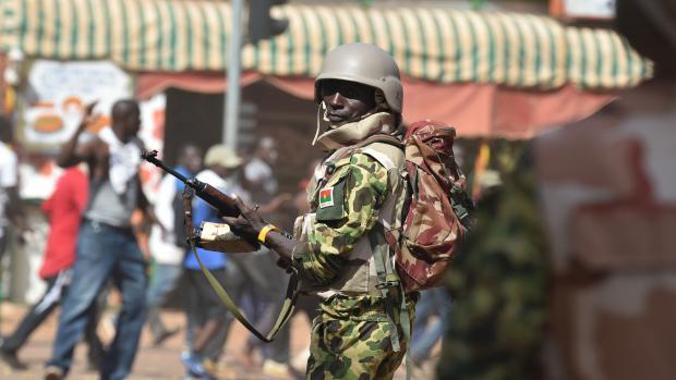Un soldat à Ougadougou (Burkina-Faso), le 30 octobre 2014.