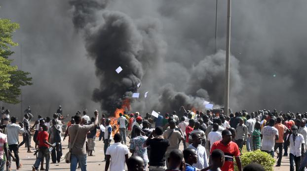 Des manifestants défilent à Ouagadougou (Burkina Faso), le 30 octobre 2014.