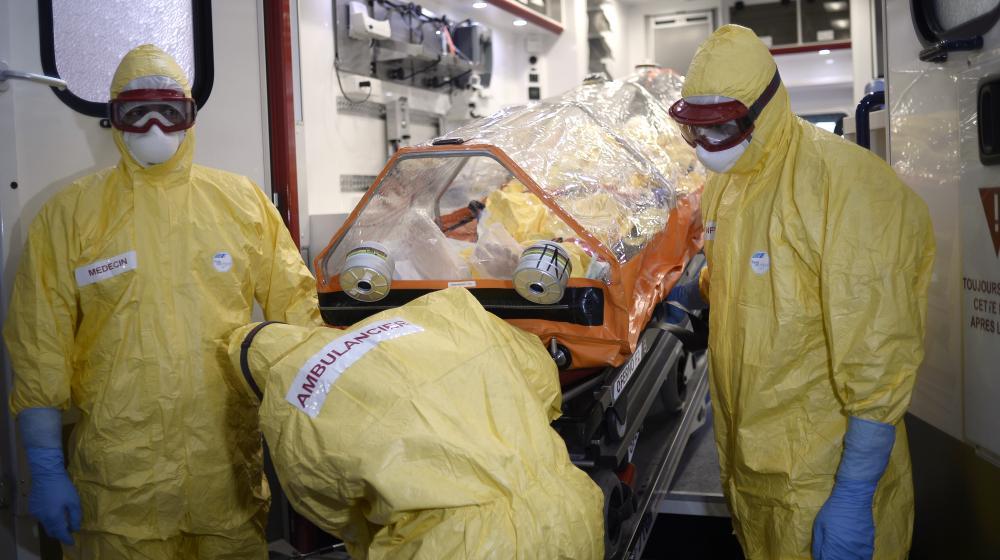 Une équipe médicale lors d'un exercice de simulation pour faire face au virus Ebola, le 24 octobre 2014 à Paris.