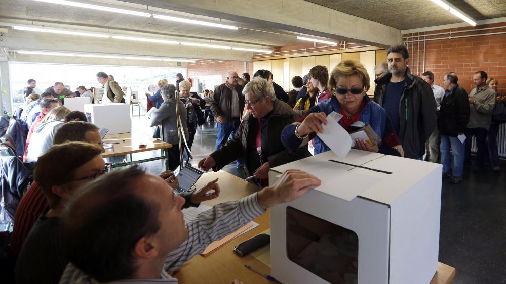 Des Barcelonais votent symboliquement sur l'indépendance de la Catalogne (Espagne), le 9 novembre 2014.
