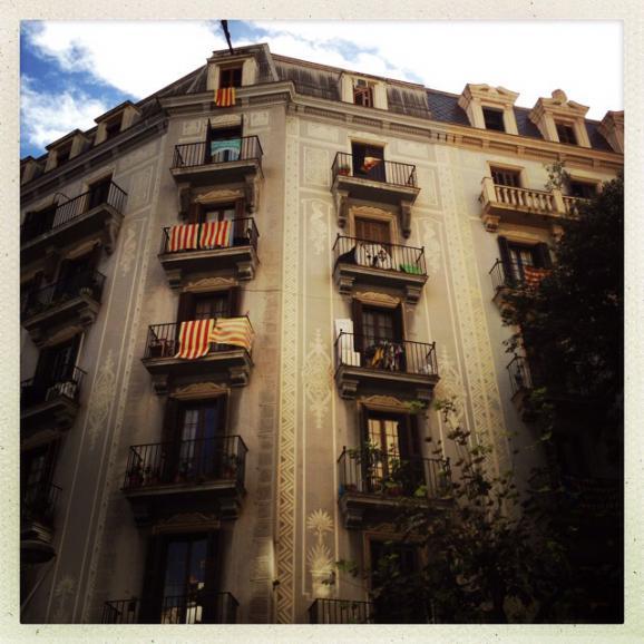 Dans les rues de Barcelone, les immeubles ont revêti le drapeau catalan.