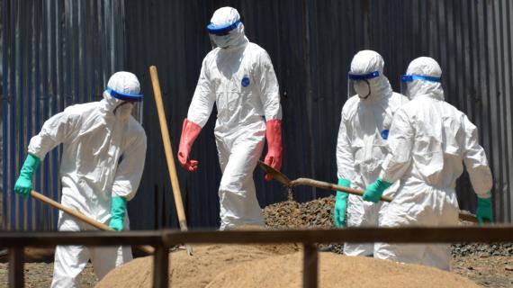 Des employés de la Croix Rouge luttant contre le virus Ebola, le 23 octobre 2014  à Monrovia (Liberia).