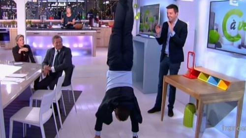 video apres le hip hop dans son bureau le maire de rochefort fait le poirier sur france 5