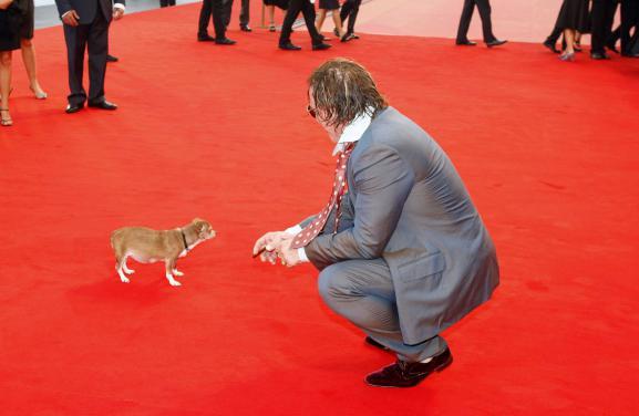 Mickey Rourke et sa chienne Loki sur le tapis rouge du 65e festival international de Venise (Italie), le 6 septembre 2008.