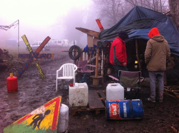 Les zadistes bloquent l'accès à la zone qu'ils occupent, près de Roybon (Isère), le 3 décembre 2014.
