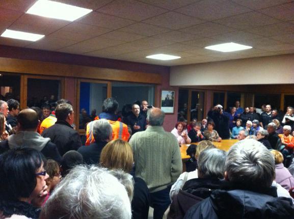 Réunion publique organisée par l'association Vivre en Chambaran, le 2 décembre 2014 à Roybon (Isère).