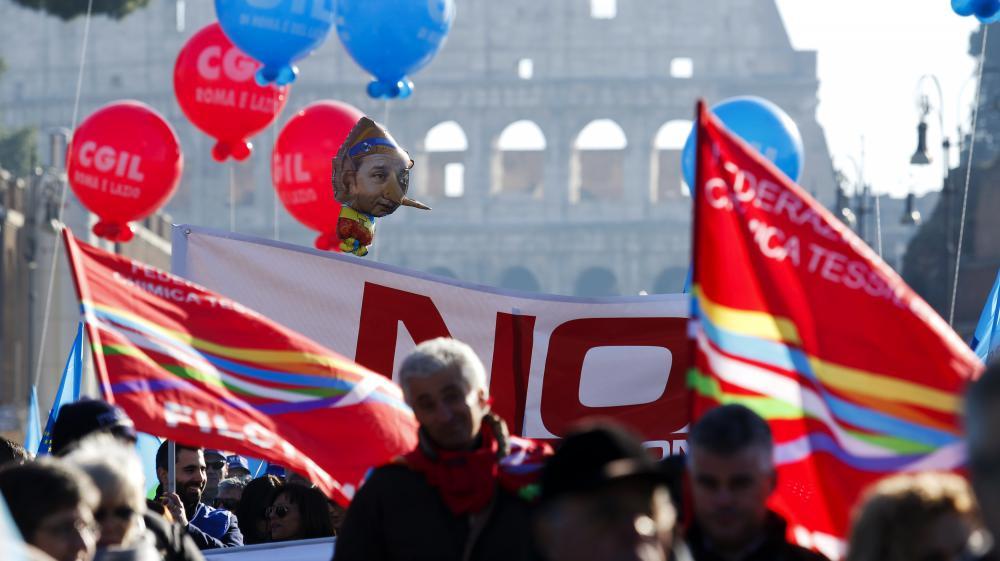 Des manifestants défilent à Rome (Italie),à l'occasion de la grève générale organisée par les syndicats, le 12 décembre 2014.