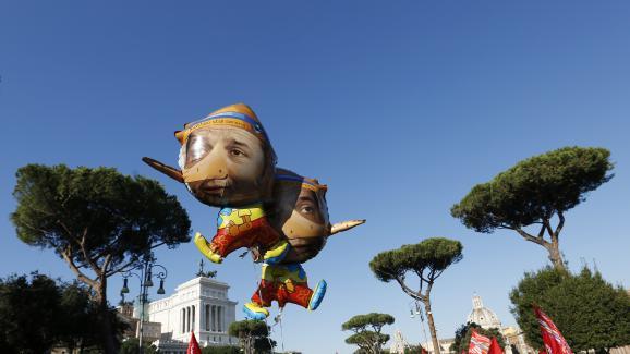Des ballons représentent Matteo Renzi sous la forme de Pinocchio lors d'une manifestation à Rome (Italie), le 12 décembre 2014.